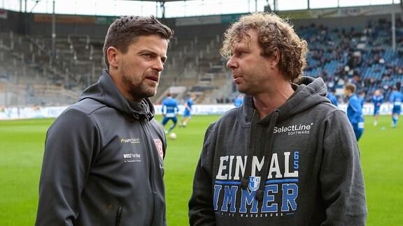 Torsten Ziegner Trainer von Halle und Stefan Kraemer, Trainer von Magdeburg stehen im Stadion