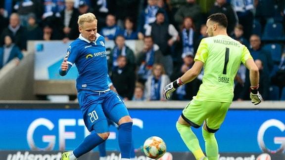 Spieler Soeren Bertram von Magdeburg und Kai Eisele von Halle im Zweikampf