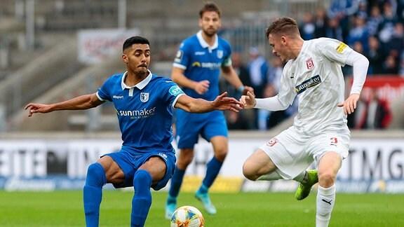 Tarek Chahed von Magdeburg und Niklas Kastendorfer von Halle im Zweikampf Duell beim Spiel