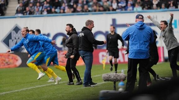 Siegjubel vorn Trainer Lukas Kwasniok, links Phillip Tietz