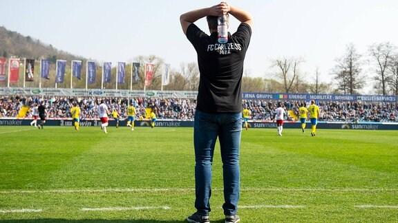 Trainer Lukas Kwasniok (Jena) steht mit den Händen über dem Kopf an der Seitenlinie Ernst Abbe Sportfeld.