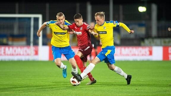 FC Carl Zeiss Jens vs VfR Aalen  v.li. im Zweikampf Marius Grösch (Jena), Nicolas Sessa (Aalen) und Rene Eckardt (Jena)