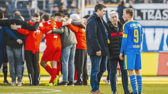 Rene Eckardt 9 (FC Carl Zeiss Jena) im Gespräch mit Geschäftsführer Chris Förster und Präsident Klaus Berka.