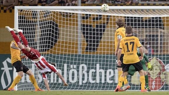 Erfurts Carsten Kammlott (li.) erzielt das Tor (Tor des Jahres) zum 1:1 gegen Dresdens Torwart Janis Blaswich.