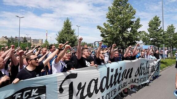 Fans unterstützen die Mannschaft vor dem Stadion Chemnitz