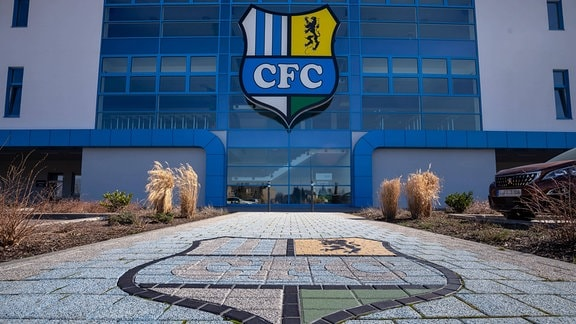 Das Vereinslogo am Stadion an der Gellertstraße
