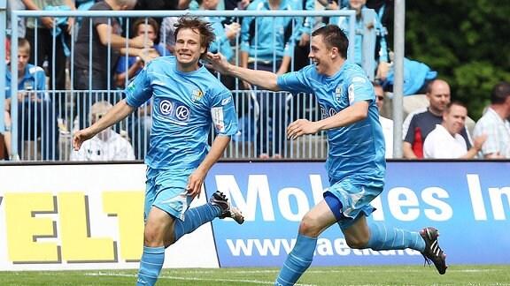 Benjamin Förster bejubelt seinen Treffer zum 1:0 mit Marcel Wilke