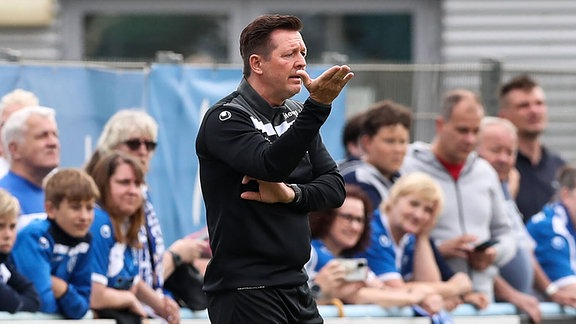 Trainer Christian Titz gestikuliert am Spielfeldrand