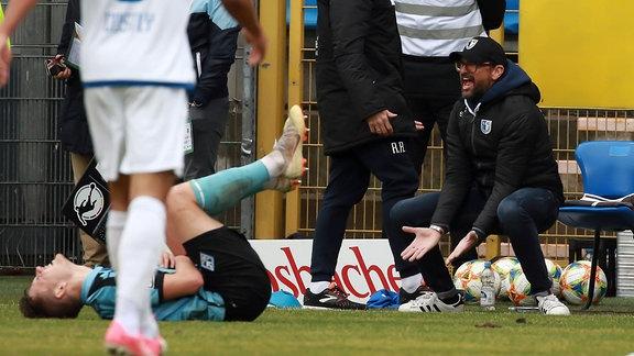 v.l. Trainer Claus-Dieter Wollitz 1.FC Magdeburg gibt Anweisungen