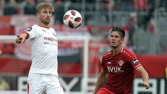 v.li.: Jan Washausen (Hallescher FC) und Dennis Mast (FC Würzburger Kickers) im Kampf um den Ball.