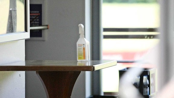Desinfektionsmittel - Spieler müssen sich vor dem Betreten der Kabinen die Hände Waschen und mit Desinfektionsmittel einreiben.