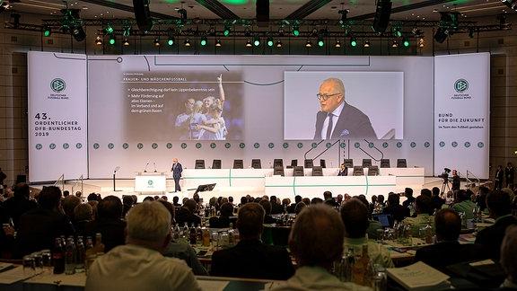 Fritz Keller redet auf einem DFB-Bundestag