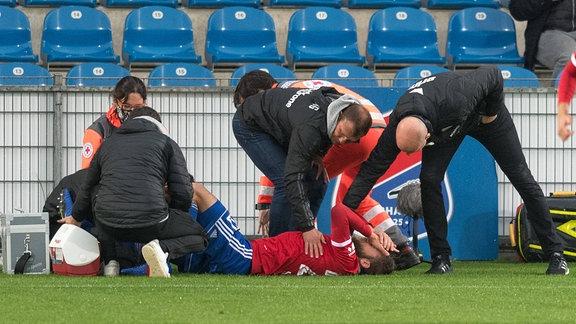 Trainer der SpVgg Unterhaching Claus SCHROMM und Trainer von Eintracht Braunschweig Marco ANTWERPEN muntern verletzten Dominik STAHL auf
