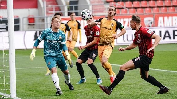 FC Ingolstadt 04 - Dynamo Dresden - Torwart Kevin Broll 1 Dresden wehrt den Ball von Tobias Schröck