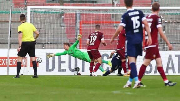 Stephan Hain SpVgg Unterhaching, macht das Tor zum 1:0, Torhueter Kevin Broll SG Dynamo Dresden kann das Tor nicht verhindern.