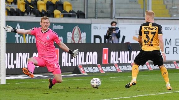 Leo Weinkauf Torwart, MSV Duisburg li. und Luka Stor SG Dynamo Dresden...