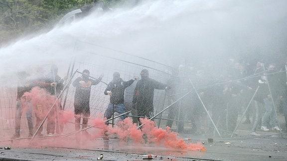 Fans randalieren auf der Lennestrasse in Dresden , die Polizei setzt Wasserwerfer ein