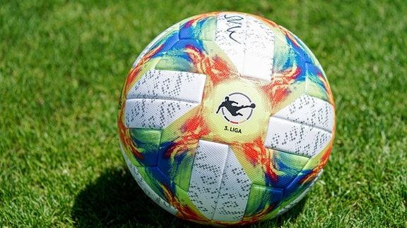 Offizieller Spielball der aktuellen Saison mit Logo 3. Liga:und zahlreichen Unterschriften auf Rasen