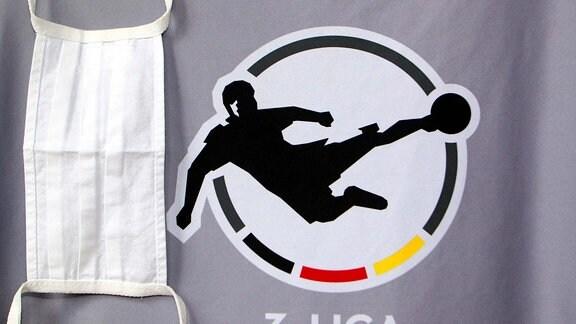 Wappen der Fussball-Dritten-Liga und Mundschutzmaske .