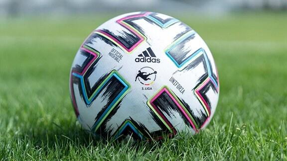 Ein Ball der Marke adidas Uniforia liegt auf dem Rasen und zeigt das Ligalogo
