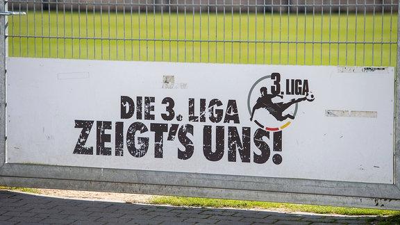 Logo der 3.Liga auf einem Schild am Eingang zum Fussballplatz