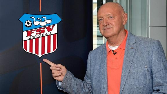 Lutz Lindemann zeigt auf das Vereinslogo von FSV Zwickau