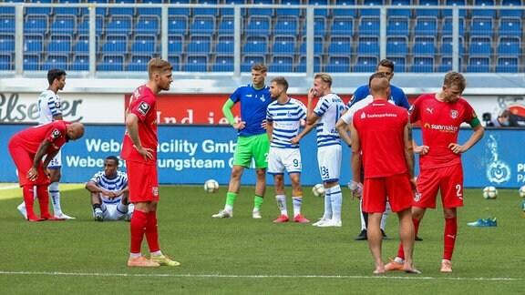 Nach dem Spiel. Beide Mannschaften sind enttäuscht MSV Duisburg vs. HFC Hallescher (2:2/27.06.2020)
