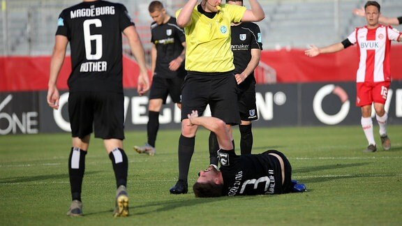 v.li.: Björn Rother 1. FC Magdeburg, Dustin Bomheuer 1. FC Magdeburg verletzt