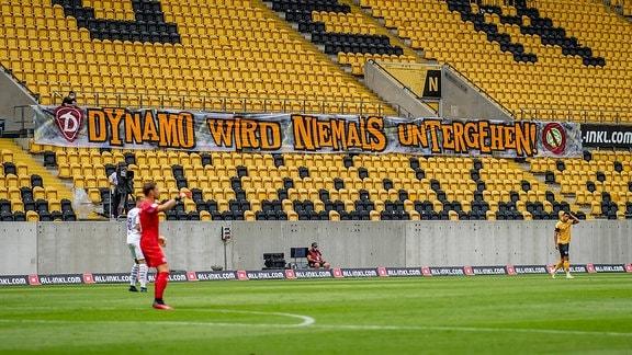 Dresdens Fans haben ein Transparent im Stadion gespannt: Dynamo wird niemals untergehen.