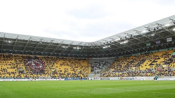 Zuschauer mit Abstand und Maske im Stadion in Dresden