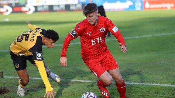 Ransford Yeboah Koenigsdoerfer von Dynamo Dresden und Jannik Bangsow von Victoria Koeln