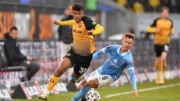v.l.: Ransford-Yeboah Königsdörffer, Dresden, gegen Erik Tallig, München.