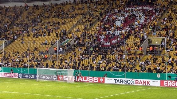 Blick ins Stadion auf die Hintertortribüne während der Halbzeitpause. Zum ersten mal sind seit dem Lockdown wegen des Corona-Virus wieder Zuschauer im Dresdner Stadion zugelassen