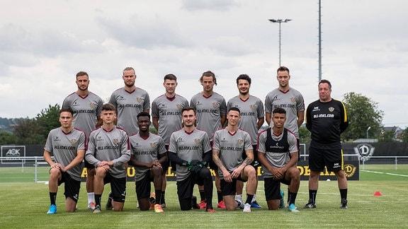 Dresdens Cheftrainer Markus Kauczinski Mitte zwischen seinen Spielern Trainingsauftakt der SG Dynamo Dresden