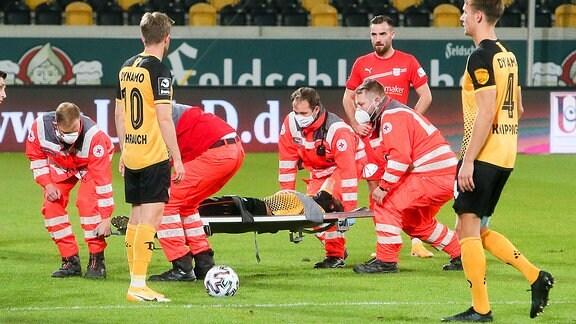Dynamo Dresden FSV Zwickau - Chris Löwe  (15, Dresden) wird verletzt vom Platz getragen