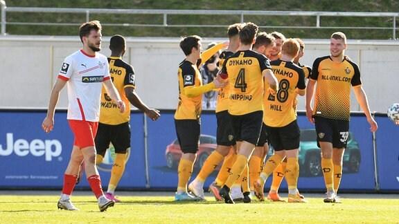 Mannschaft von Dynamo Dresden bejubelt das 2:0