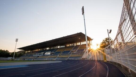 Haupttribüne des Ernst Abbe Sportfeldes Jena im Sonnenuntergang