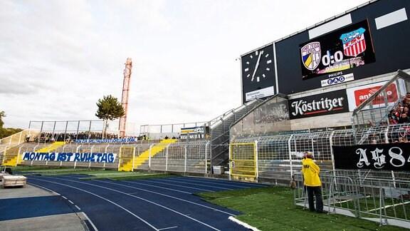 FC Carl Zeiss Jena und dem FSV Zwickau Auch nach Anpfiff des Spiels blieb die Südkurve, Heim der Jena Ultrafans, aus Protest gegen Montagsspiele leer.