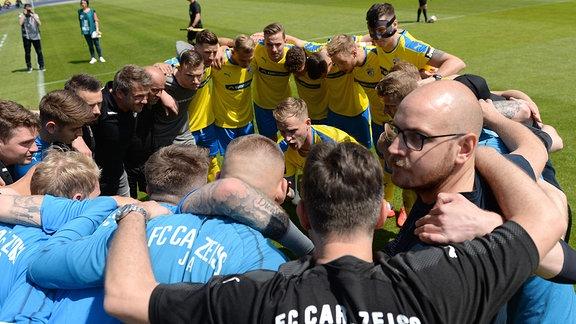 Jena schwört sich vor dem Spiel ein, in der Mitte Rene Eckardt (FC Carl Zeiss Jena).