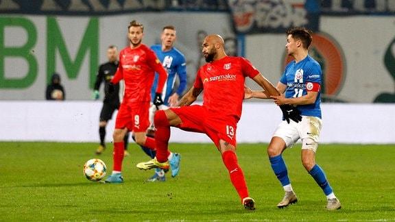 FC Hansa Rostock vs. Hallescher FC - links Terrence Boyd (Halle) gegen Julian Riedel (Rostock)