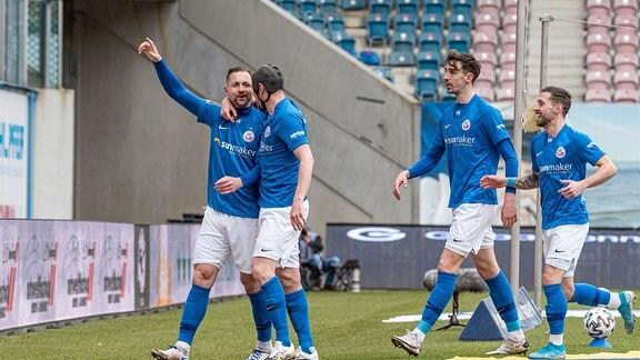 v.li. John Verhoek Hansa Rostock jubelt nach seinem Tor zum 1:0 mit seinen Mannschaftskollegen
