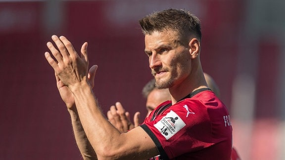 Stefan KUTSCHKE FC Ingolstadt, applaudiert den Fans.