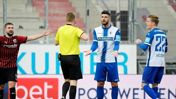 Juergen Gjasula 1.FC Magdeburg bekommt die gelb/rote Karte