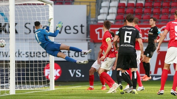 Avdo Spahic 30, Torwart, FC Kaiserslautern kassiert dem 1-1 Ausgleich durch Andreas Müller 16, FC Magdeburg.