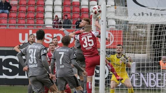 Andre Hainault (1. FC Kaiserslautern) köpft an die Latte.