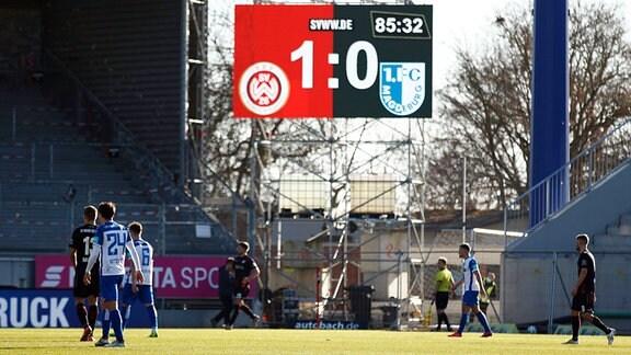 Anzeigetafel in der Brita Arena, Wiesbaden. Spielstand 1:0