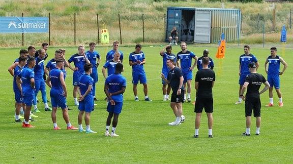 Cheftrainer Christian Titz und Mannschaft des FC Magdeburg