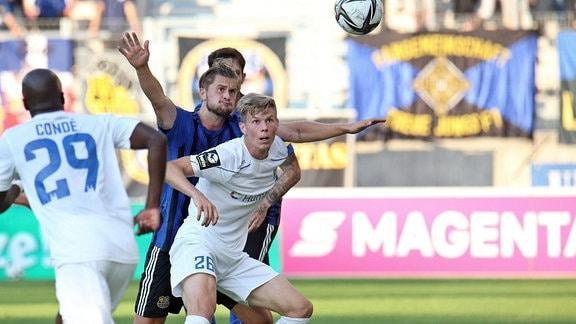 v.l. Nick Galle 1.FC Saarbrücken, Jan-Luca Schuler 1.FC Magdeburg