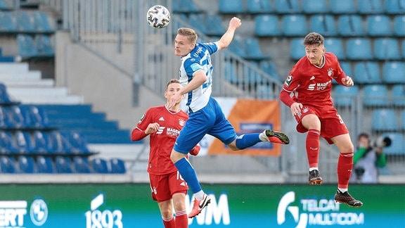 v.l. Thore Jacobsen Magdeburg, 22, Angelo Stiller Bayern Muenchen, 38 Zweikampf.
