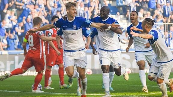 v.li.: Luca Schuler FCM, 26 jubelt nach seinem Tor zum 1:0 mit Amara Condé FCM, 29, Tobias Knost FCM, 2 und Baris Atik FCM, 23.